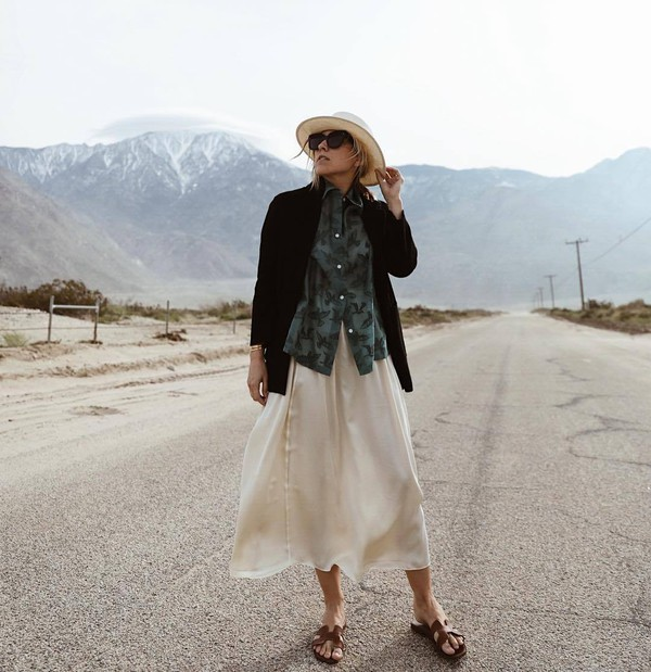 hat felt hat flat sandals white shirt midi skirt shirt black blazer