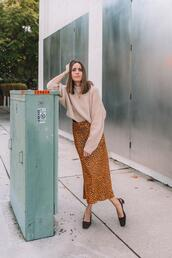 louise roe,blogger,sweater,skirt,shoes,jewels,beige sweater,animal print skirt,slingbacks