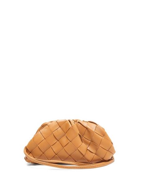 Bottega Veneta - The Pouch Intrecciato Leather Wristlet Clutch - Womens - Tan