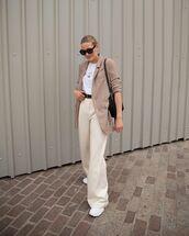 jacket,mens blazer,wide-leg pants,high waisted pants,sneakers,white t-shirt,black bag