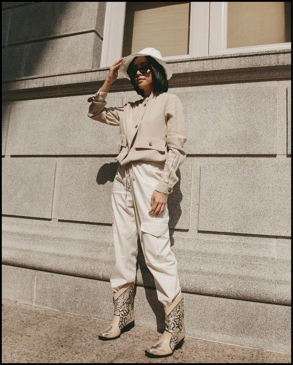 pants cargo pants high waisted pants white pants cowboy boots jacket floppy hat