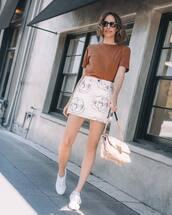 skirt,white skirt,mini skirt,white sneakers,bag,t-shirt