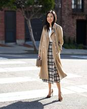 skirt,pleated skirt,high waisted skirt,black and white,pumps,camel coat,handbag,white top
