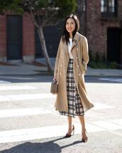skirt,pleated skirt,high waisted skirt,black and white,pumps,camel coat,handbag,white top