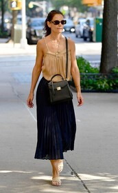 skirt,pleated,midi skirt,celebrity,streetstyle,katie holmes,top