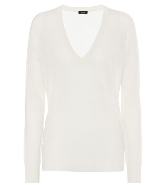 Joseph V-neck cashmere sweater in white