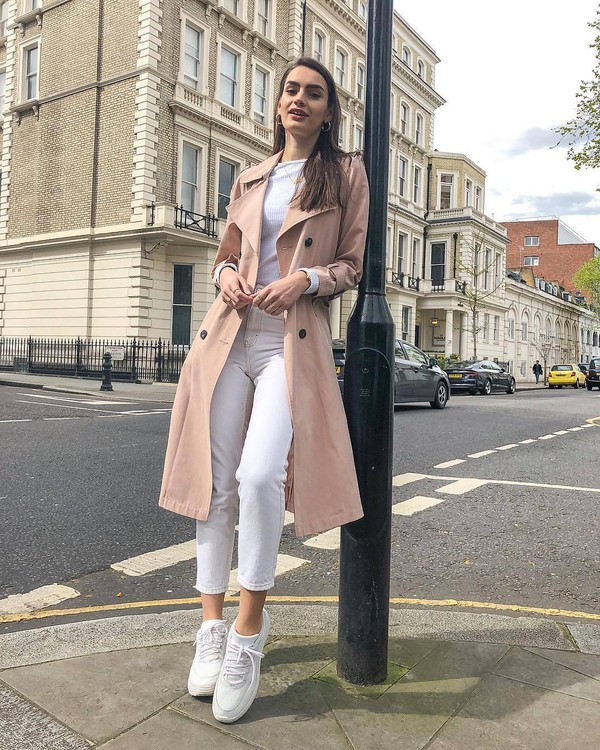jeans mom jeans skinny jeans white sneakers pink coat trench coat white top