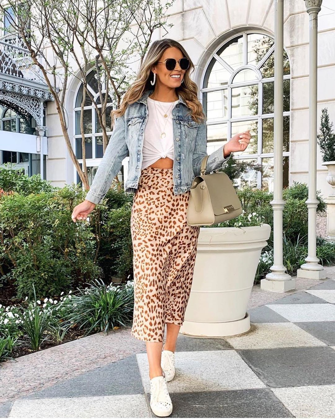 skirt midi skirt leopard print denim jacket white sneakers white t-shirt bag