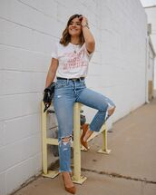 top,white t-shirt,ripped jeans,levi's,pumps,black bag