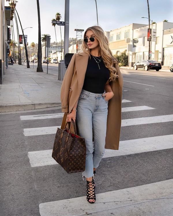 coat beige coat black sandals bag high waisted jeans black t-shirt
