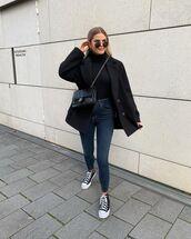 jeans,skinny jeans,sneakers,black turtleneck top,black coat,black bag