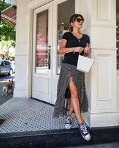 shoes,black sneakers,converse,slit skirt,black t-shirt,white bag