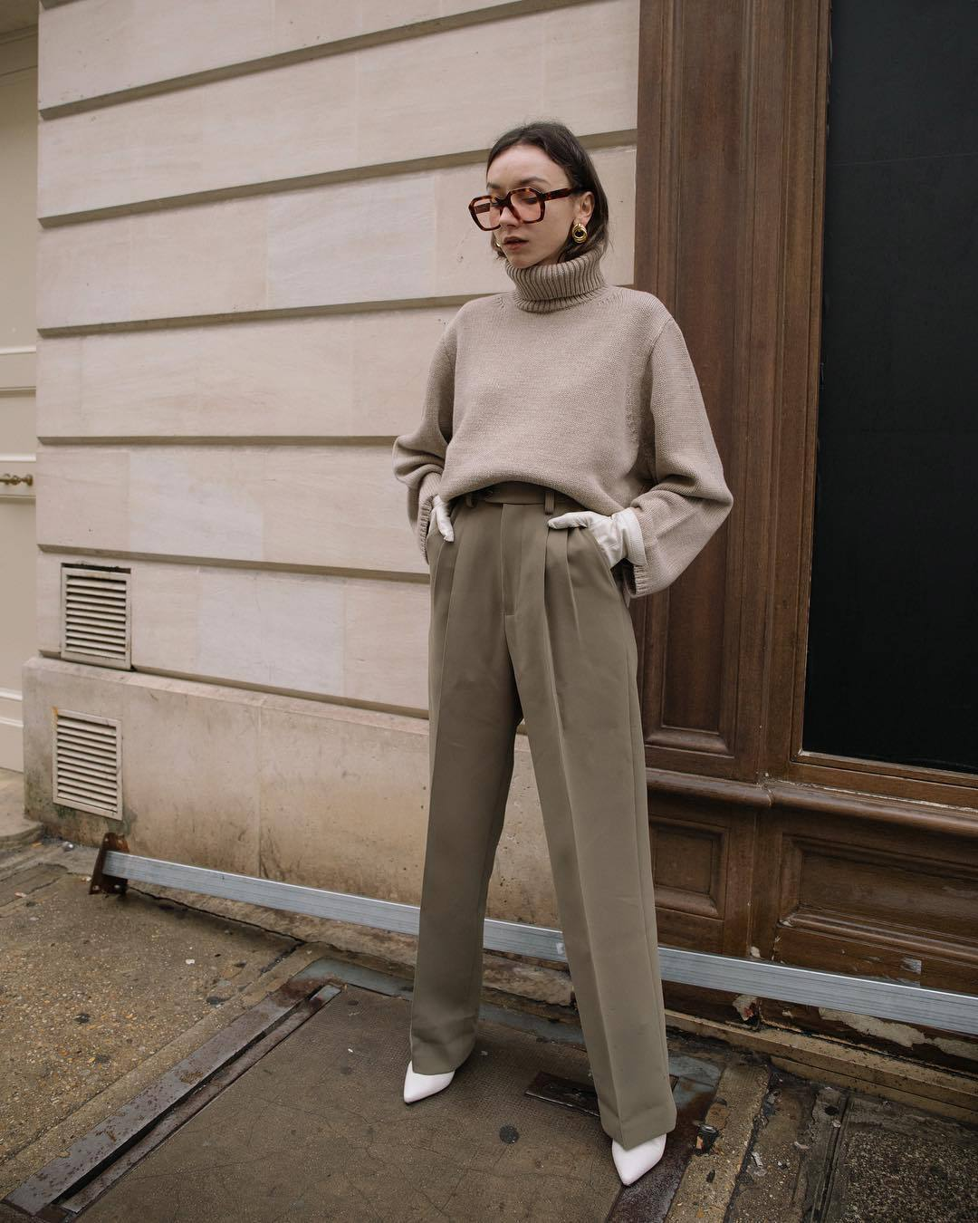 sweater turtleneck sweater high waisted pants pleated white boots gloves