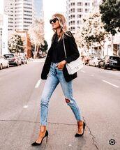 jeans,ripped jeans,skinny jeans,pumps,black blazer,black t-shirt,white bag