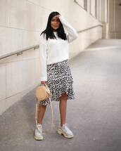 skirt,midi skirt,leopard print,black and white,sneakers,white sweater,bag