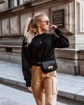 pants,beige pants,sweater,black sweater