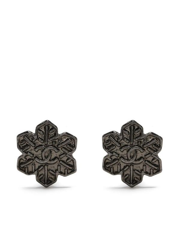 Chanel Pre-Owned flower motif CC earrings in silver
