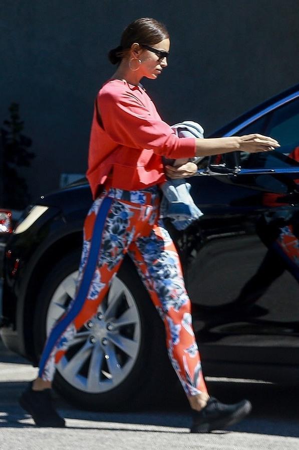pants red leggings sweatshirt top model off-duty irina shayk sportswear sneakers