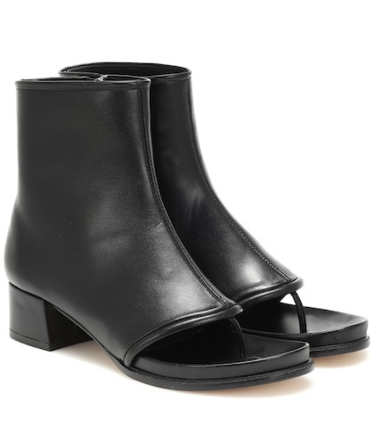 Loewe Thong 60 leather ankle boots in black
