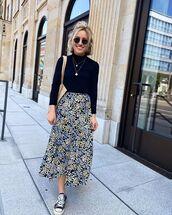 top,black turtleneck top,midi skirt,floral skirt,sneakers,shoulder bag