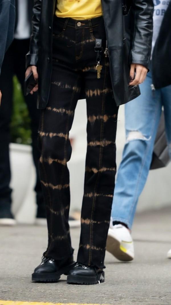 jeans celebrity street style black jeans bella hadid bleach dye ombre bleach dye straight jeans mom jeans tie dye streetstyle streetwear casual celebrity style celebrity celebrity style steal fashion gigi hadid jeans