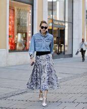 jacket,denim jacket,cropped jacket,midi skirt,pumps,black t-shirt