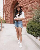 shorts,denim shorts,levi's,white sneakers,white top,hat
