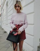 shorts,High waisted shorts,knitted sweater,black bag