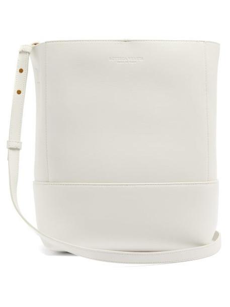 Bottega Veneta - Logo Debossed Leather Bucket Bag - Womens - White