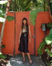 skirt,midi skirt,black skirt,black sandals,black t-shirt,short sleeve,louis vuitton bag