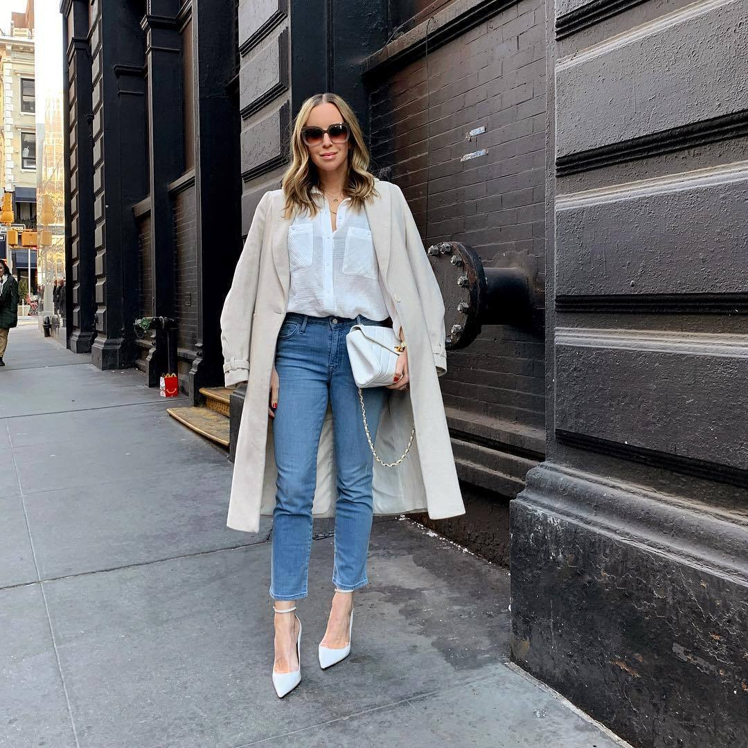 top white shirt skinny jeans pumps white bag trench coat