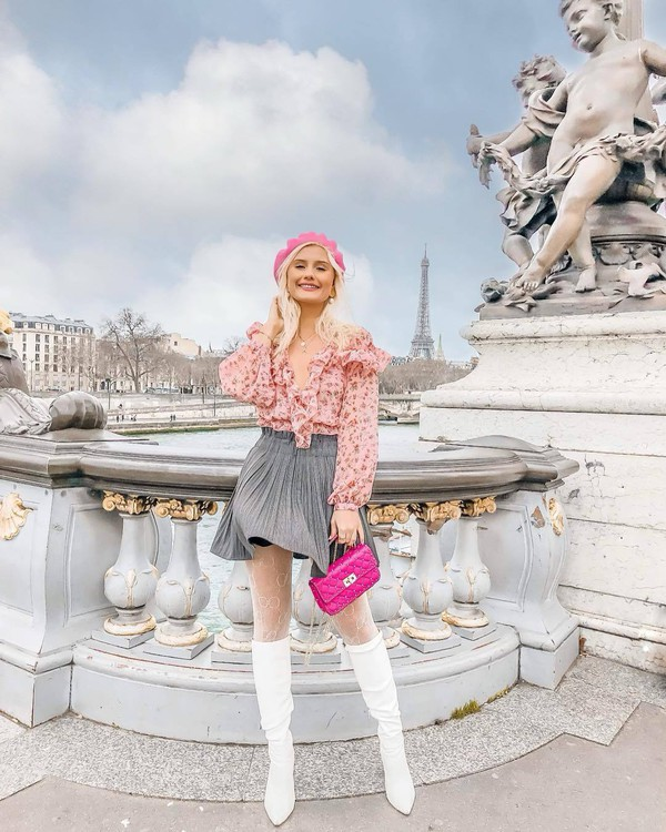 skirt mini skirt pleated skirt grey skirt high waisted skirt white boots knee high boots tights pink bag floral shirt beret