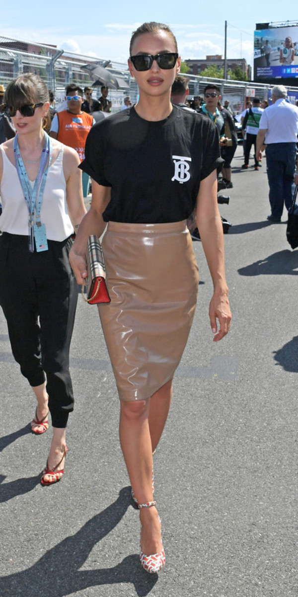 skirt vinyl skirt irina shayk model off-duty midi skirt pumps top t-shirt