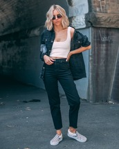 jeans,boyfriend jeans,black jeans,straight jeans,cropped jeans,sneakers,black and white,denim jacket,black jacket,white crop tops,handbag,casual,streetstyle