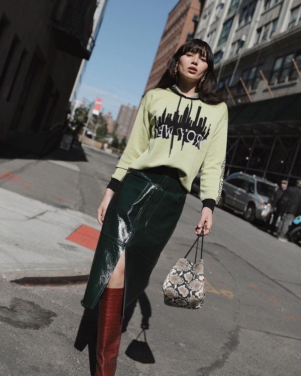 sweater hoodie knee high boots midi skirt slit skirt bag snake print