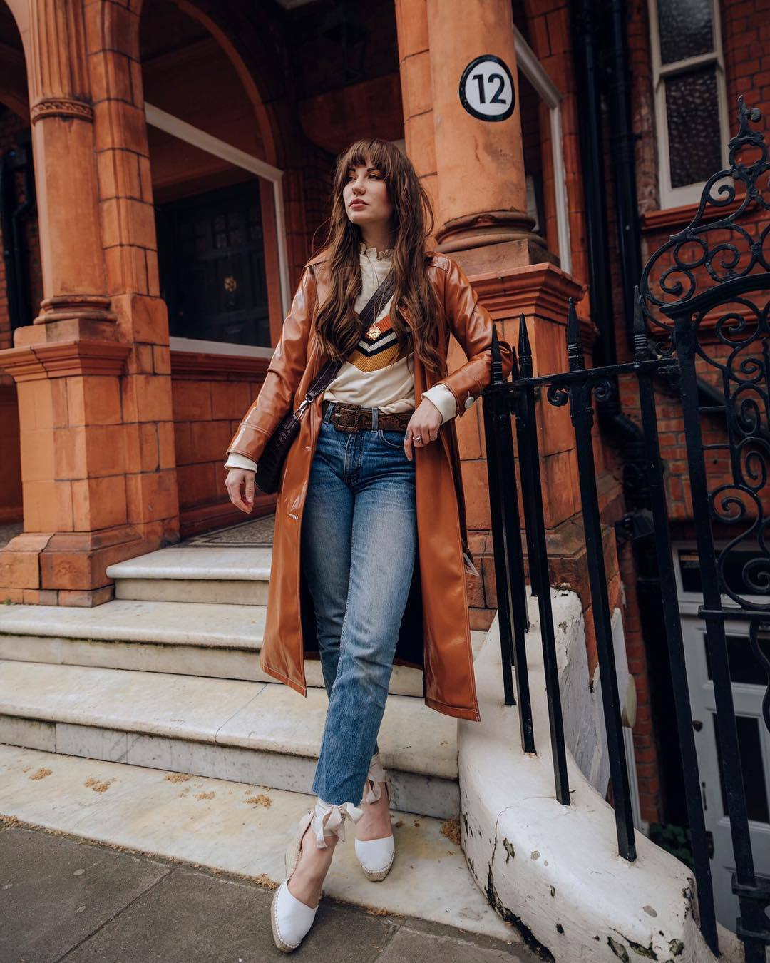 coat trench coat brown coat leather white shoes platform shoes straight jeans belt white top crossbody bag