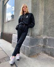jeans,black jeans,straight jeans,sneakers,sweatshirt,black bag