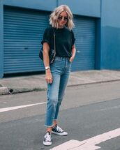 jeans,cropped jeans,sneakers,black t-shirt,black bag