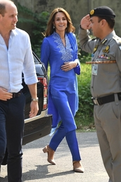 shoes,nude heels,kate middleton,celebrity,pants,tunic,blue,spring outfits