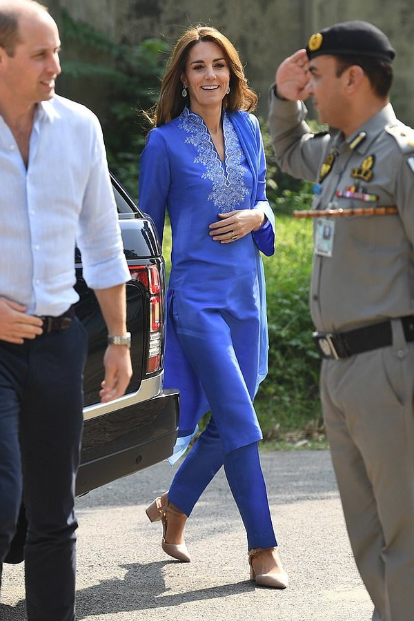 shoes nude heels kate middleton celebrity pants tunic blue spring outfits