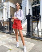 skirt,red skirt,mini skirt,ruffle,sneakers,white shirt,crossbody bag