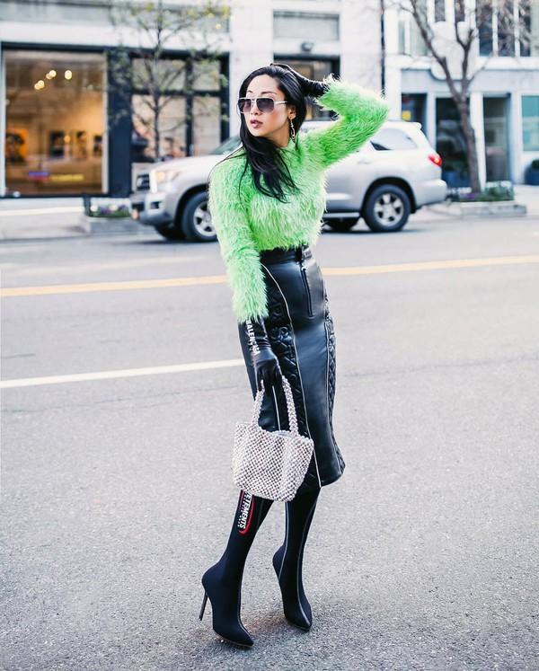 skirt black leather skirt high waisted skirt midi skirt knee high boots sock boots black boots white bag gloves green sweater fur